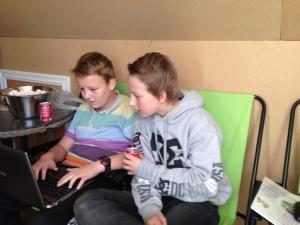 Einar og Thomas jobber med teorioppgaven