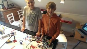 Gutta er i gang med å demontere roboten vi bygde i vinter