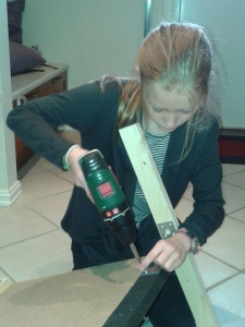 Sara monterer bakveggen på pit'en