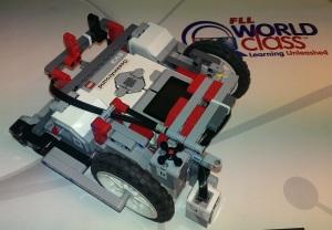 Grunnroboten vår med en fast motor (liten type) og to sensorer