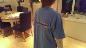 Therese står modell med lag-skjorten