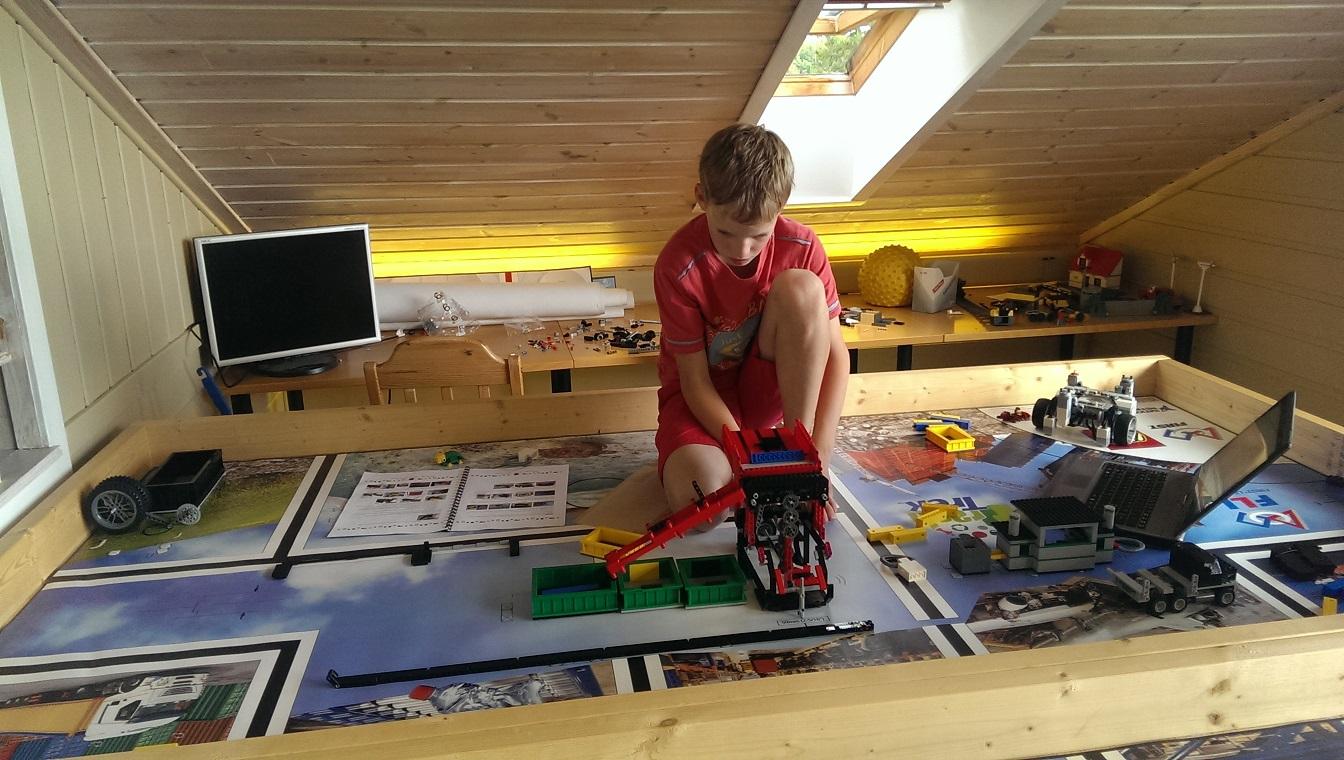 Aksel justerer på sorteringsmaskinen