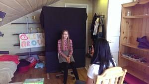 Therese blir fotografert av Kaja