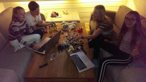 Sara, Vegard, Synne og Therese i sofaen